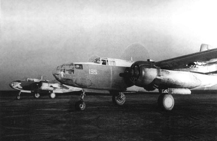 Bostons before battle sortie A-20B stood at fotvard and A-20C was at rear